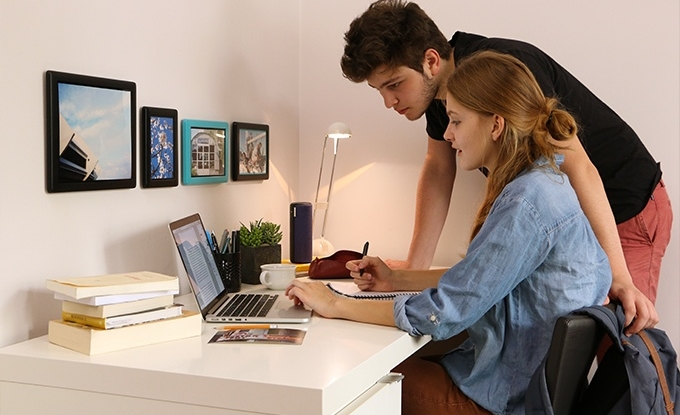 FLIXI frame let you hang your pics without a single tool